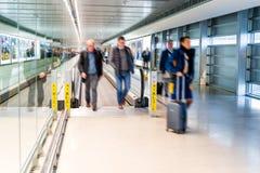Lotnisko, ludzie ?pieszy si? dla ich lot?w, Dublin obrazy stock