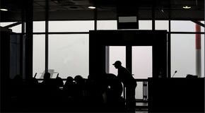 Lotnisko w (0) procentów widoczności - sylwetki fogged w pasażerach czeka latać out Zdjęcia Royalty Free