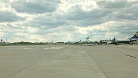 Lotnisko widok z samolotu zabranie zdjęcie wideo