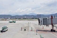 Lotnisko ziemi usługa oczekuje samolot zbliża się z dżetowym brid Obraz Royalty Free