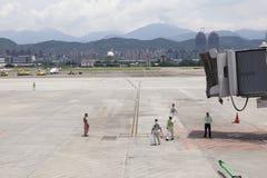Lotnisko ziemi usługa oczekuje samolot zbliża się z dżetowym brid Obrazy Royalty Free
