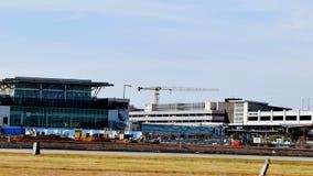 Lotniskowa budowa z żurawiem zdjęcie royalty free