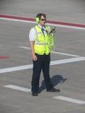 Lotniskowa obsługa naziemna na pasie startowym Zdjęcia Stock