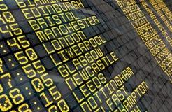 Lotniskowa odjazd deska z Zjednoczone Królestwo miejscami przeznaczenia zdjęcia stock