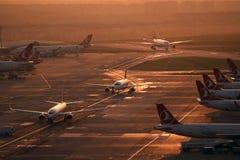 Lotniskowe operacje w Istanbuł Atatà ¼ rk lotnisku Zdjęcia Stock