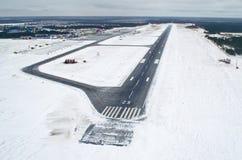 Lotniskowego pasa startowego start lota podróży samolotowy niebo chmurnieje śnieżną zimę Syberia Obraz Stock