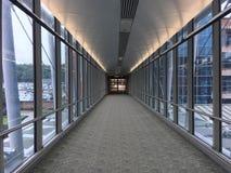 lotniskowego tła samolotu izbowa czekania okno kobieta zdjęcie royalty free