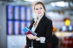 lotniskowi żeńscy pasażerscy ładni potomstwa Obraz Stock