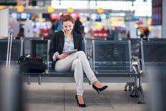 lotniskowi żeńscy pasażerscy potomstwa zdjęcia stock