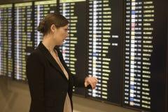 lotniskowi bizneswomanu czekania potomstwa obrazy stock