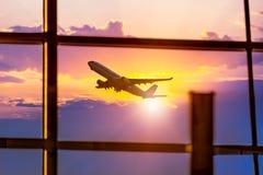 Lotniskowi okno i samolot przy zmierzchem Obrazy Royalty Free