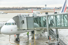 Lotniskowi pasażery są iść z samolotu przy śmiertelnie bramą Zdjęcia Stock