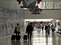 Lotniskowi podróżnicy Zdjęcia Stock