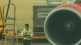 Lotniskowi pracowników spacery drabina samolotu Turboodrzutowym silnikiem zbiory