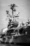 Lotniskowiec wieży kontrolnej stalowego statku muzealny czarny biel obraz royalty free