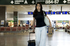 lotniskowy bagażowy dowiezienie jej kobieta fotografia stock