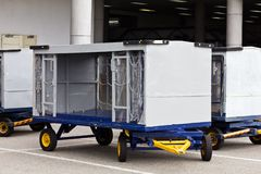 Lotniskowy bagażowy tramwaj Zdjęcia Royalty Free