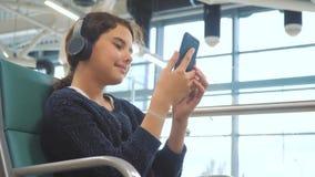 Lotniskowy czekanie sali pokój dla styl życia lot samolotem m?oda szcz??liwa nastoletnia dziewczyna s?ucha muzyka dalej w he?mofo zbiory wideo