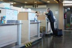 Lotniskowy odprawa kontuar Obrazy Stock