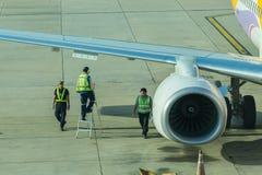 Lotniskowy oficer i ciężarowy Refueling samolot Zdjęcie Royalty Free
