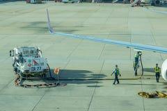 Lotniskowy oficer i ciężarowy Refueling samolot Obrazy Stock