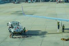 Lotniskowy oficer i ciężarowy Refueling samolot Obraz Royalty Free