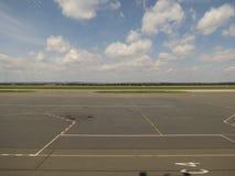 Lotniskowy pas startowy i taxy sposób zdjęcia royalty free