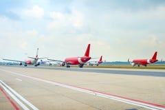 Lotniskowy pas startowy pełno samoloty obrazy stock