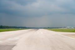 Lotniskowy pas startowy pod burzy niebem Zdjęcia Royalty Free