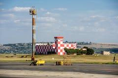 Lotniskowy poparcie budynek przy latającym polem Zdjęcia Royalty Free