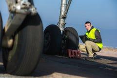 Lotniskowy pracownik sprawdza podwozie Fotografia Royalty Free