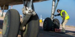Lotniskowy pracownik sprawdza podwozie Zdjęcia Stock
