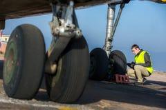 Lotniskowy pracownik sprawdza podwozie Obrazy Stock