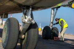 Lotniskowy pracownik sprawdza podwozie Zdjęcie Stock