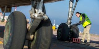 Lotniskowy pracownik sprawdza podwozie Obraz Stock