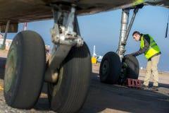 Lotniskowy pracownik sprawdza podwozie Obraz Royalty Free