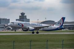 Lotniskowy Praga Ruzyne-LKPR, Aerobus Ural Airlines fotografia stock