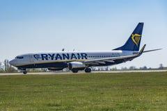 Lotniskowy Praga Ruzyne-LKPR, Boeing 737-800 Ryanair zdjęcie stock
