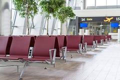 Lotniskowy terminal, pusty czekanie przewodniczy blisko bramy Obrazy Royalty Free