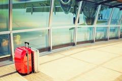 Lotniskowy terminal z samolotem bierze daleko zdjęcia royalty free