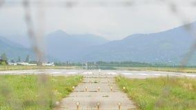 Lotniskowy widok przez drutu kolczastego ogrodzenia w górach - Gruzja zbiory