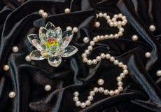 Loto di Cristal con la collana della perla Immagini Stock Libere da Diritti