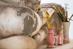 Loto di plastica in un vaso nel tempio thailand fotografia stock libera da diritti