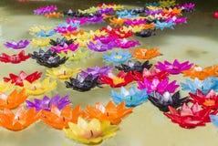 Lotos-geformte Kerzen Stockfoto