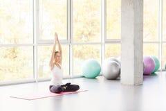 Lotosowa postura Kobieta robi joga, asana, zamykał oczy Fotografia Stock
