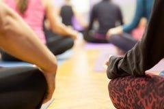 Lotosowa pozycja przy joga klasą Fotografia Stock