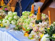 Lotosowy kwiat jest symbolem buddyzm, taca z piedestałem dla stawiającego lotosowego kwiatu dekorował w Buddyjskich świętach reli Obrazy Royalty Free