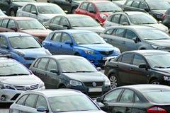 Lots Autos, die in der Stadt parken lizenzfreie stockfotos
