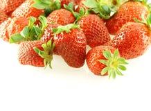 Lots frische Erdbeeren über Weiß Stockfotografie