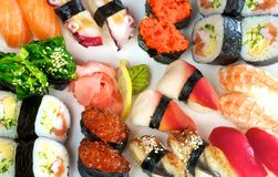 Lots verschiedene Sushi und Sushirollen Lizenzfreies Stockfoto